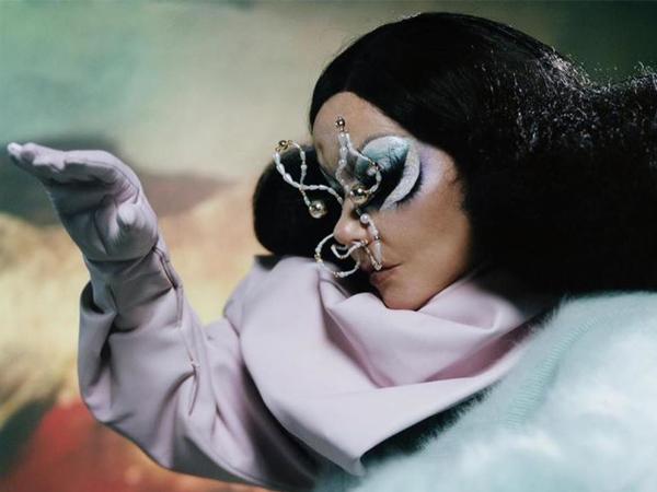 Björk anuncia fechas de shows orquestales en línea comenzando en agosto